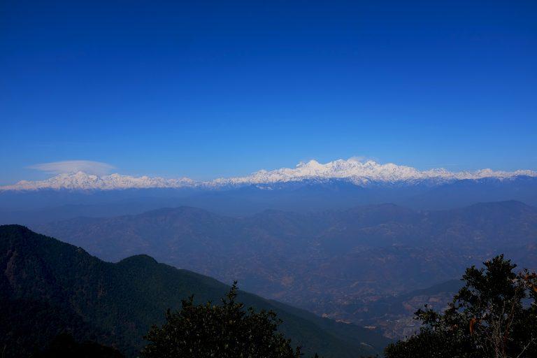 Sinisävyinen vuoristomaisema Nepalista.