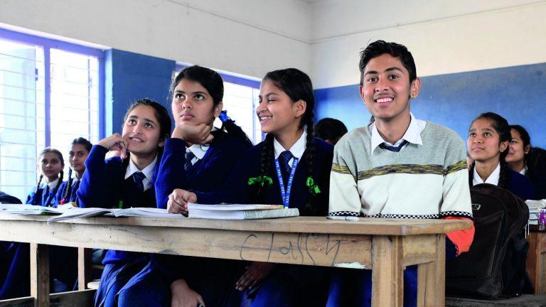 Nepalilaisia nuoria koululuokassa.