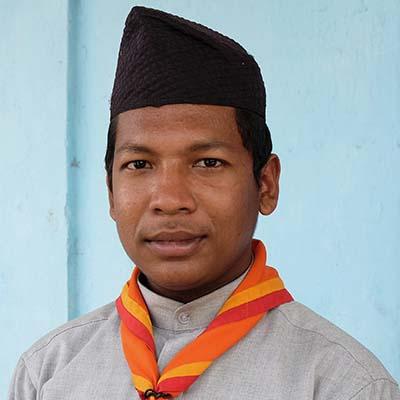 Nepalilainen nuori lähikuvassa.