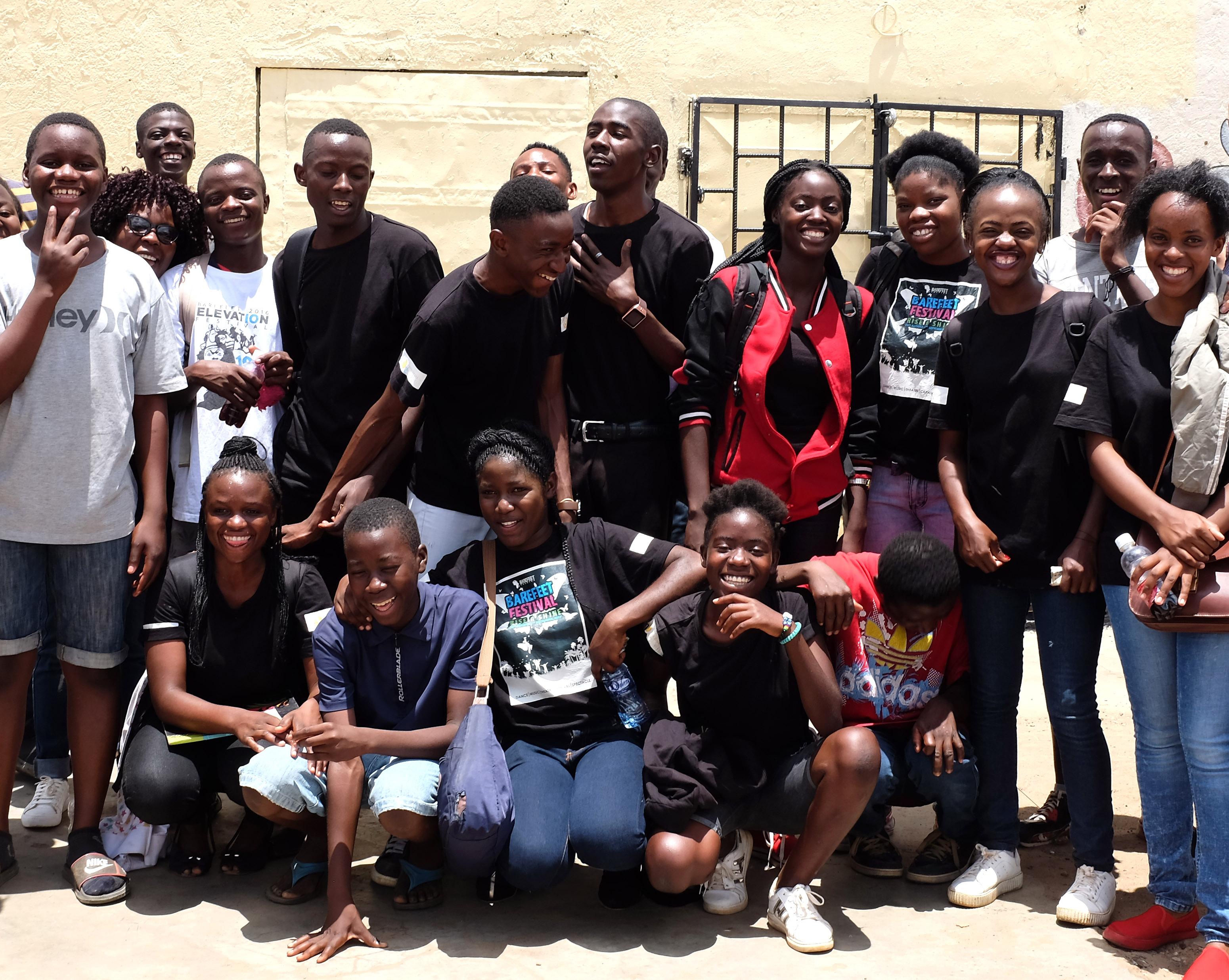 Ryhmäkuvassa iloisia nuoria.