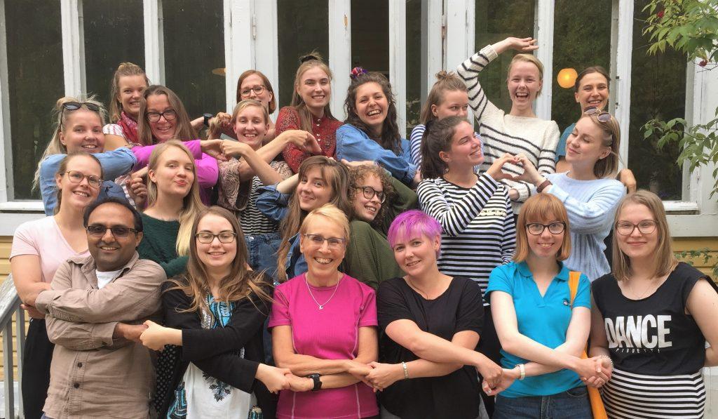 Taksvärkin vapaaehtoiset globaalikasvatuksen kouluttajat ryhmäkuvassa.