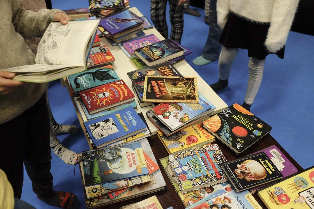 Lastenkirjoja pöydällä Lukuralli tapahtumassa.