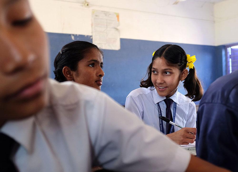 Kaksi nepalilaista tyttöä koululuokassa.