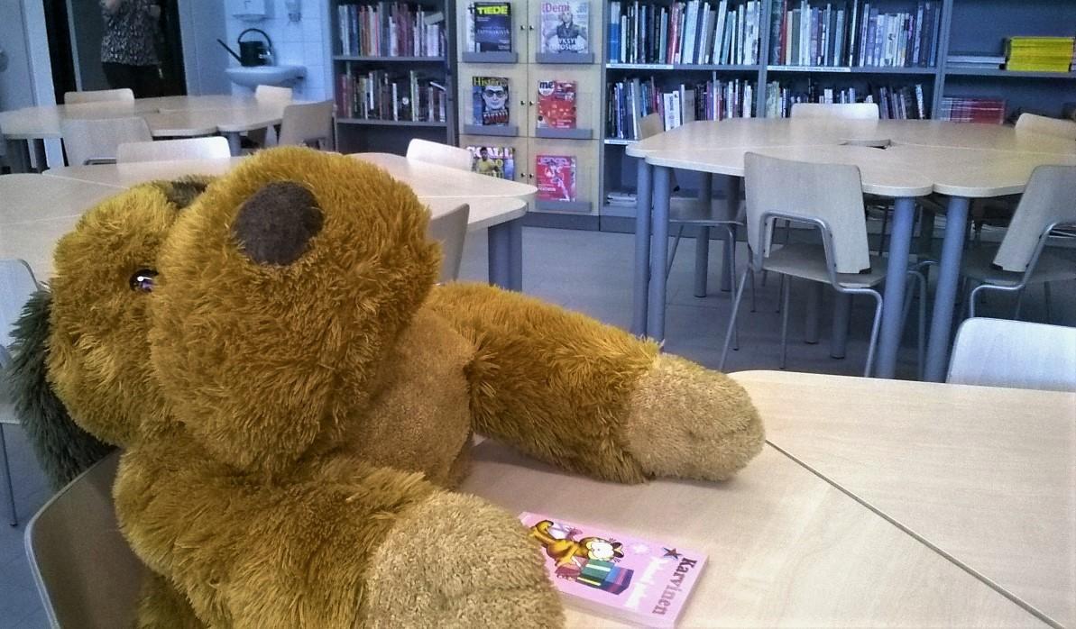 Pehmolelu lukee kirjaa kirjastoluokassa.