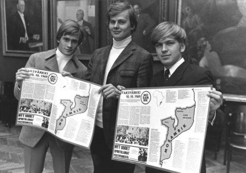 """Vanha HBL:ssä 31.8.1969 julkaistu kuva. Kuvateksti oli : """"I spetsen för skolungdomarnas operation Dagsverke står bl.a. Peter Rosenbröijer (t.v.), Martti Mellais och Erkki Liikanen."""""""